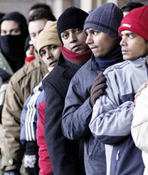 Cola de inmigrantes en una oficina de empleo.